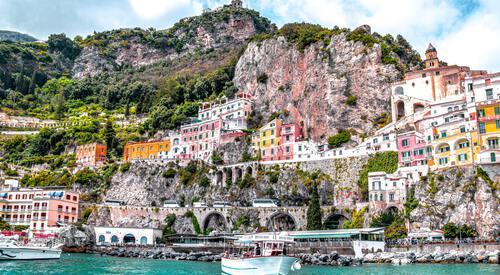 Gekleurd dorp aan water bij Amalfikust