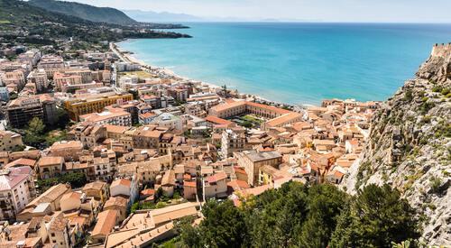 Stadje aan kust in Sicilië