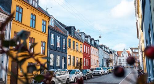 Gekleurde huisjes in stad