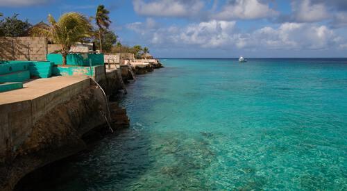 Kust van Bonaire met helderblauw water