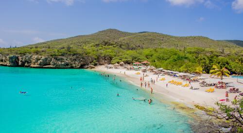 Kust van Curacao met azuurblauw water en wit strand