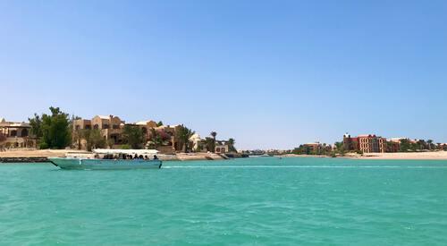 Helderblauw water aan de kust