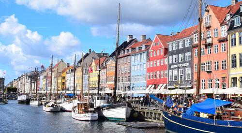 Haven van Kopenhagen met gekleurde huisjes