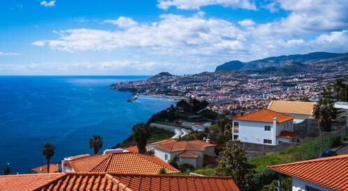Kust met huizen op Madeira