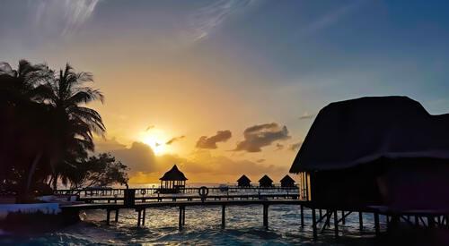 Zonsondergang op een eiland